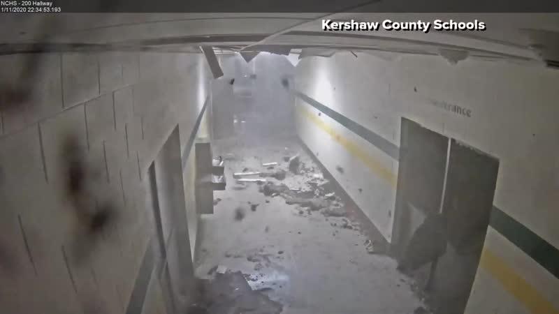 Торнадо категории EF2 разрушает здание школы в пригороде города Кершо (Южная Каролина, США, 11.01.2020).