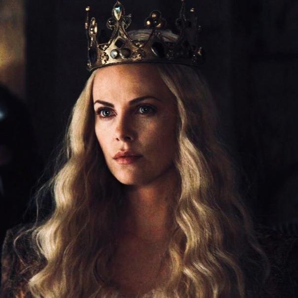 Шарлиз Терон в роли Тёмной королевы Равенны