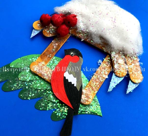 Зимние новогодние поделки поделка из бумаги и палочек «Снегирь у кормушки» Деревянные палочки покрасила акриловыми красками, затем смазала клеем и присыпала искусственным снегом ( у меня был в