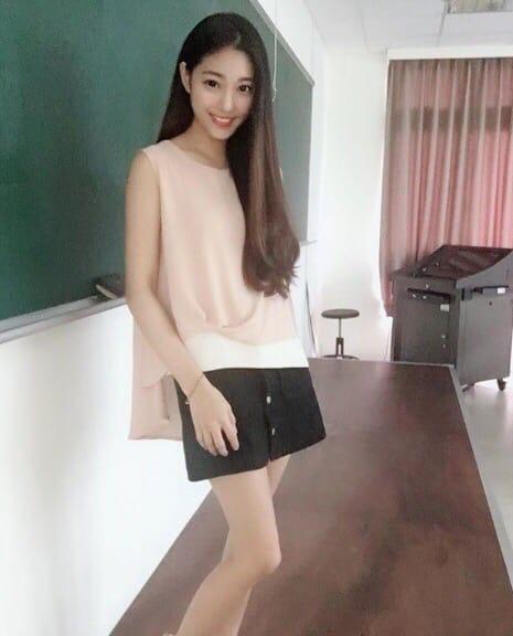 Учительницу из Тайваня прозвали «самой горячей преподавательницей в мире» Все из-за ее миловидной внешности.Возможно именно из-за неё на парах девушки всегда высокая