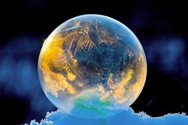 ЗАМЕРЗШИЕ МЫЛЬНЫЕ ПУЗЫРИ Играть с мыльными пузырями любят все! А вы видели когда-нибудь замерзший мыльный пузырь Это зрелище, которое завораживает! Дети будут в восторге от увиденного! Как его