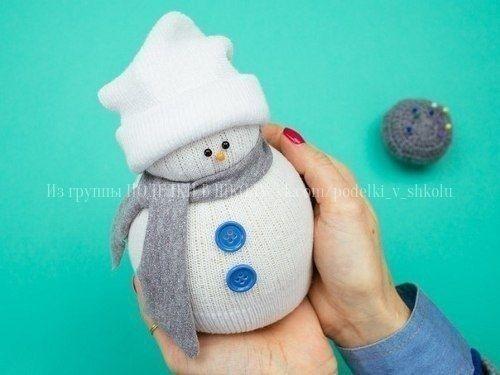 СНЕГОВИК Чтобы сделать снеговика из носка своими руками как на фото выше, вам понадобятся:- один махровый носок белого цвета- рис- 2-3 маленькие пуговицы- портновские булавки (для носика и