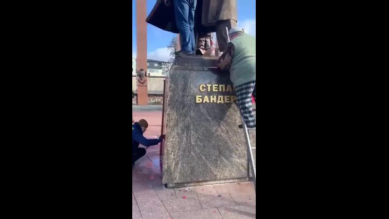 Бандеровцы чистят памятник Бандере во Львове