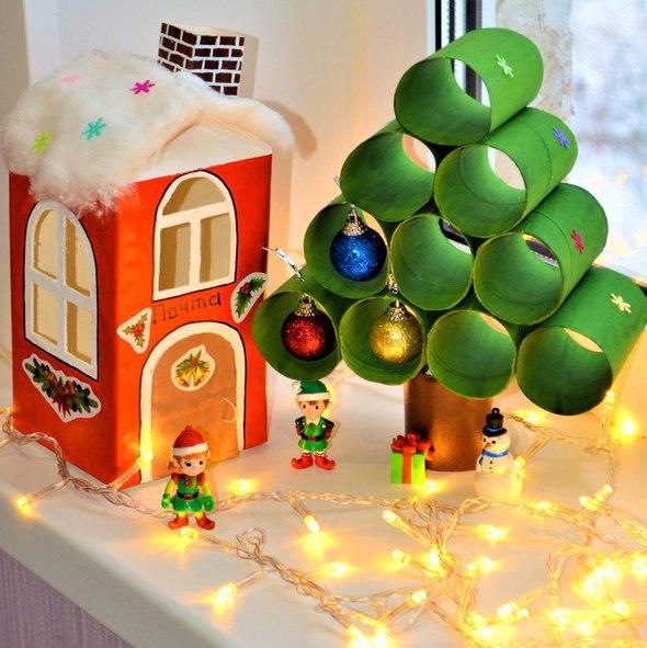НОВОГОДНЯЯ ЕЛКА СВОИМИ РУКАМИ Эта симпатичная новогодняя елочка сделана из обычных картонных рулончиков. Также для ее изготовления вам понадобятся елочные шары небольшого