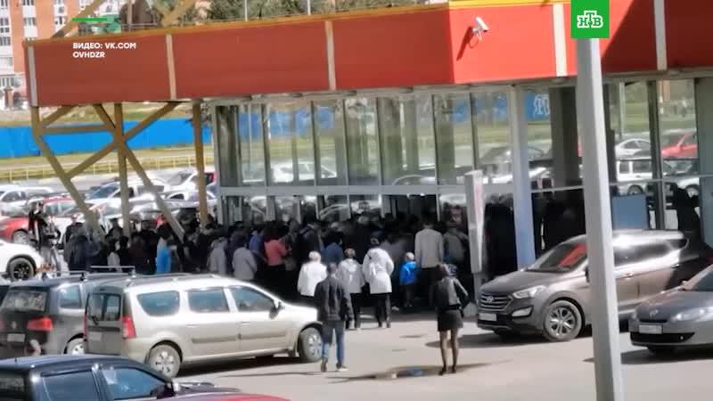 Толпа на распродаже в супермаркете