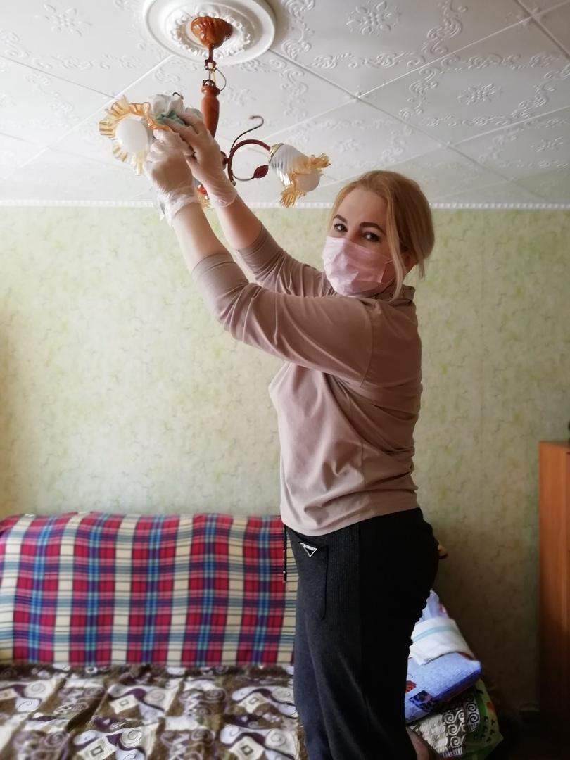 В преддверии праздника Великой Победы участнику ВОВ Ещенко Нине Михайловне бригадным методом на дому провели генеральную уборку социальные работники Шиловская Т.