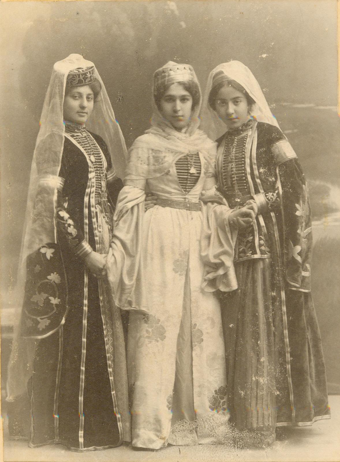 Участники костюмированного черкесского вечера. г. Екатеринодар. 1908 г. (Фатима справа)