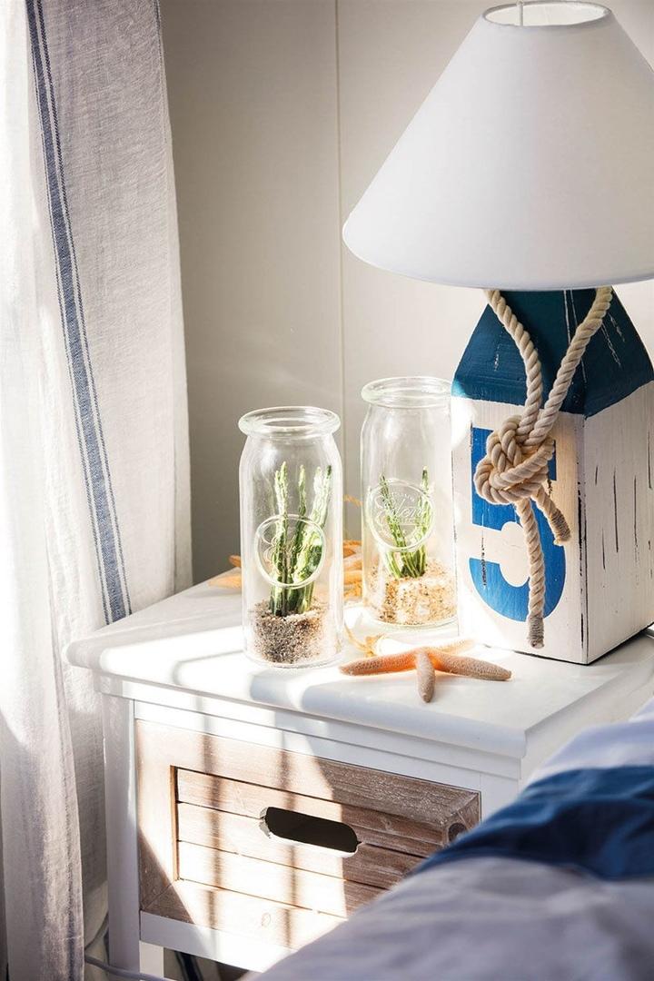 Прекрасная бело-голубая квартира с видом на море в Испании