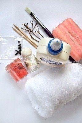 КАК СДЕЛАТЬ ВАТНОГО СНЕГОВИЧКА Понадобится: вата, клей ПВА, мыло, вода, зубочистки, веточки для рук. Можно добавить блестки. Для носа-морковки: вата, зубочистка, клей, оранжевая краска. 1. Берем