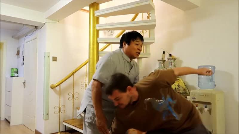 Мастер Чжан Цзюнь показывает как структура синъицюань происходит из техники копья