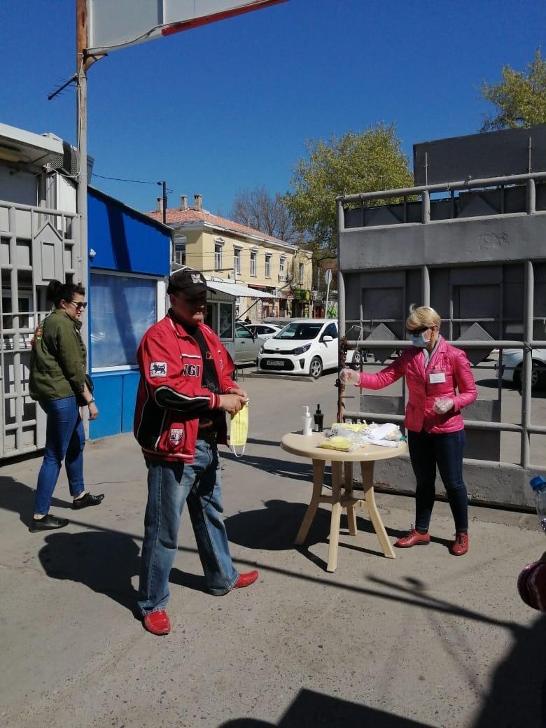 В городе Таганроге волонтеры, сотрудники рынков и гипермаркетов раздают защитные маски таганрожцам