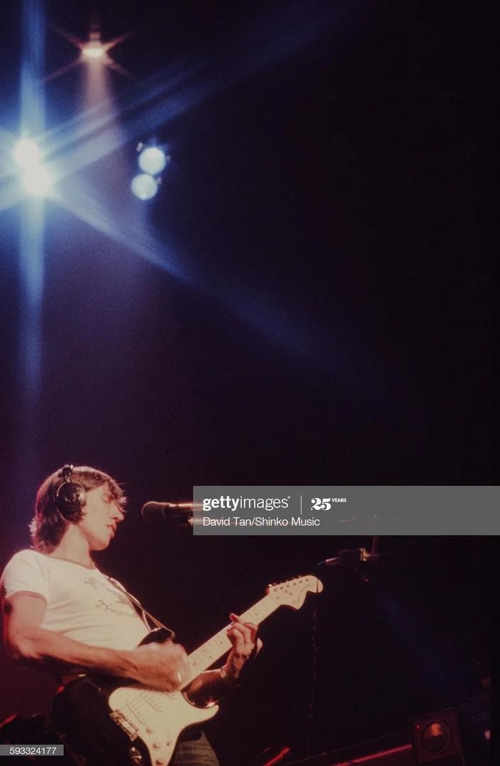 Редкие кадр , на нем Роджер Уотерс исполняет соло песни Pigs on the wings.