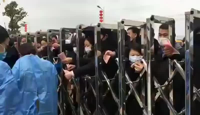 В провинции Цзянси китайцы столпились у ворот завода по производству защитных масок. - - В