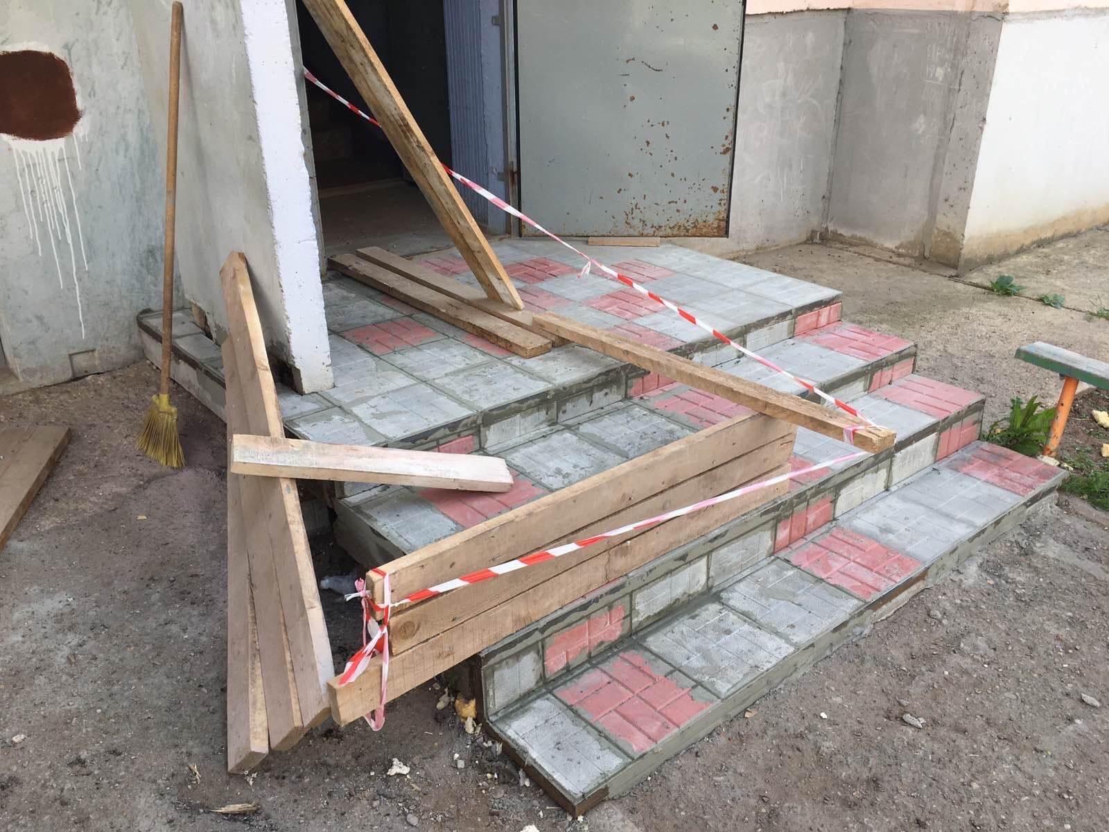Строителей дом 9/1 ремонт крылечка 2 подъезд