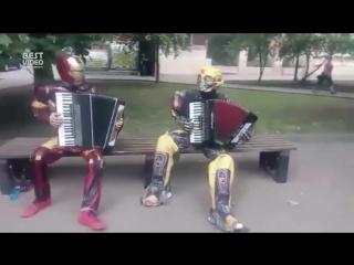 Тони Старк и Бамблби в России