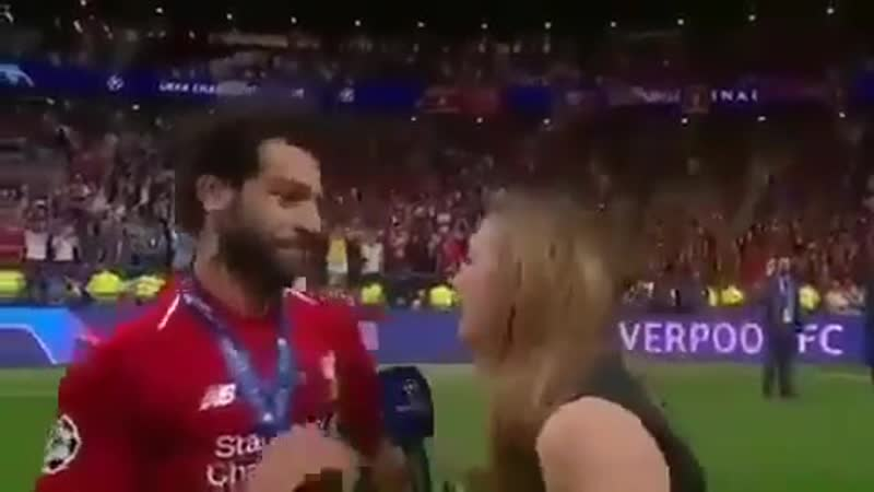 Mo Salah thought the reporter was going in for a kiss so he raised his hand to stop her 😂😂