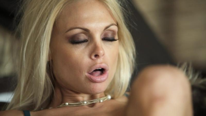 сочную блондинку во все щели и в попец, нагнули, засодили, вставили