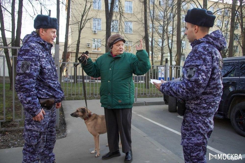 Сотрудники Росгвардии проводят профилактические мероприятия для москвичей старшего поколения. Вежливо рассказывают про у