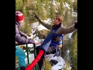 Кака прыгает с моста