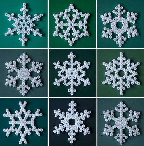 СНЕЖИНКИ ИЗ ТЕРМОМОЗАИКИ , ШАБЛОНЫ Из термомозаики можно сделать много интересных новогодних поделок, например, снежинки своими руками. Снежинки можно сделать белого цвета или цветные. Часто в