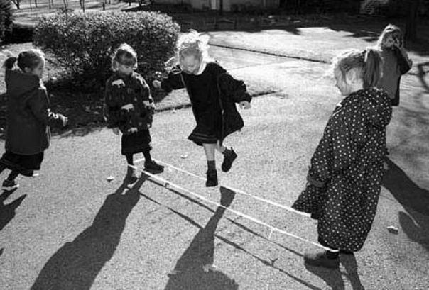 Вчера купил детям моток резинки и научил их играть в такую игру.... Какая-же это увлекательнейшая игра! Сколько в ней пользы! Предлагаю и требую!!) Срочно обучить этой игре всех детей, чтобы они