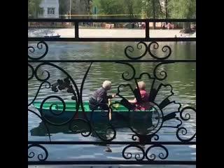 Cамых романтичных бабушку и дедушку сняли на видео в Уфе