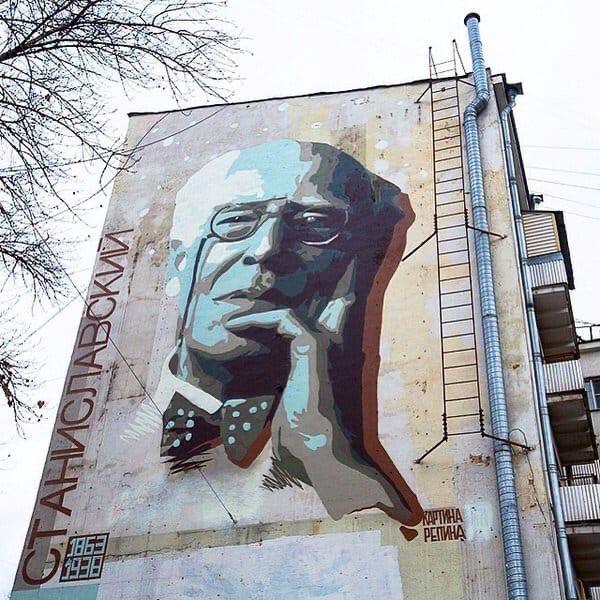 Портреты великих людей на стенах столичных домов