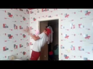 человек в комнате танцует танец (пародия)