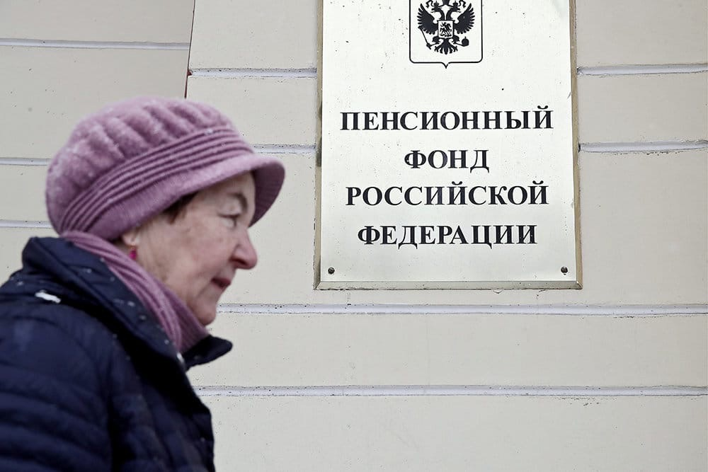 В России с 1 апреля поднимут социальные