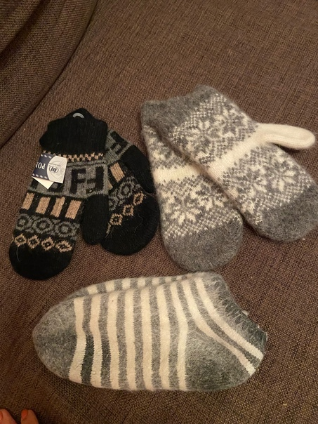 Отдам даром тёплые варежки на зиму и носочки. Варежки абс...