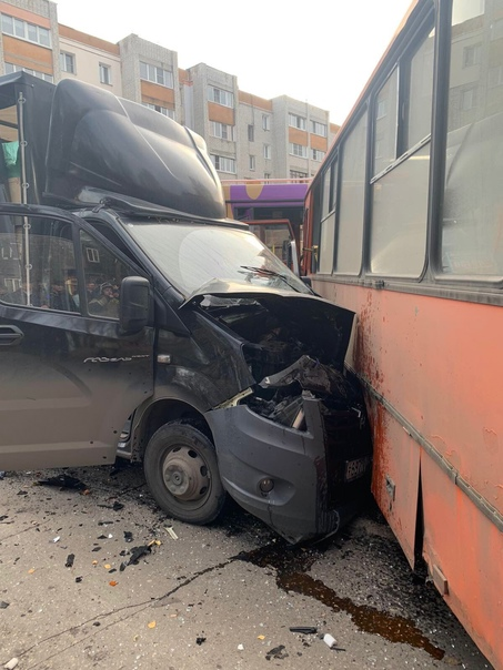 15 человек пострадали при столкновении двух автобу...