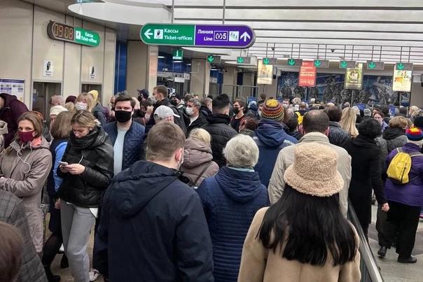 В метро Петербурга турникеты не открылись перед па...