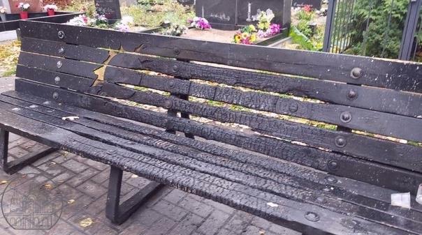 Вандалы сожгли скамейку у могилы Виктора Цоя на Бо...
