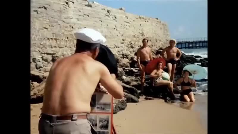 Красиво плывут! Кто? Вон та группа в полосатых купальниках!