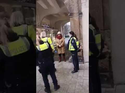 Detmold NRW 70 Jährige Seniorin ohne Maske wird in Handschellen von sechs Polizistin abgeführt