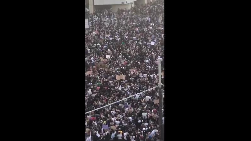 Десятки тысяч парижан вышли на улицы французской столицы чтобы поддержать американских борцов с полицейской жестокостью