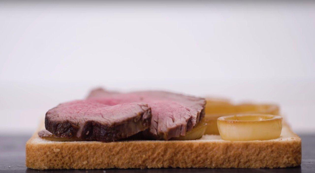 Фото: Сытные сандвичи с сыром и мясом