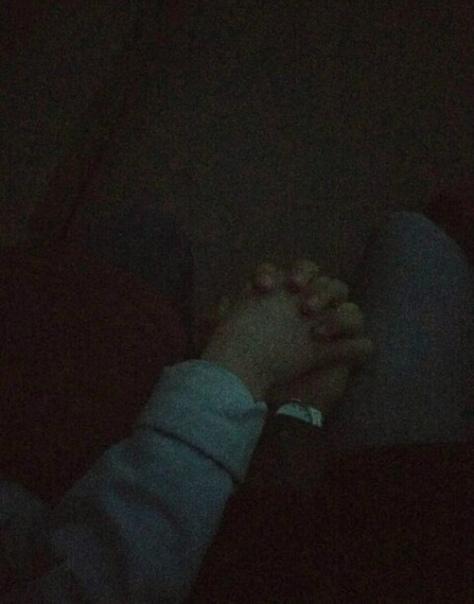 Фото рук парня и девушки в темноте на улице