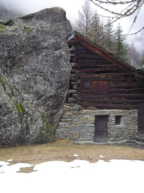 Дома на скале в Южном Тироле, Италия