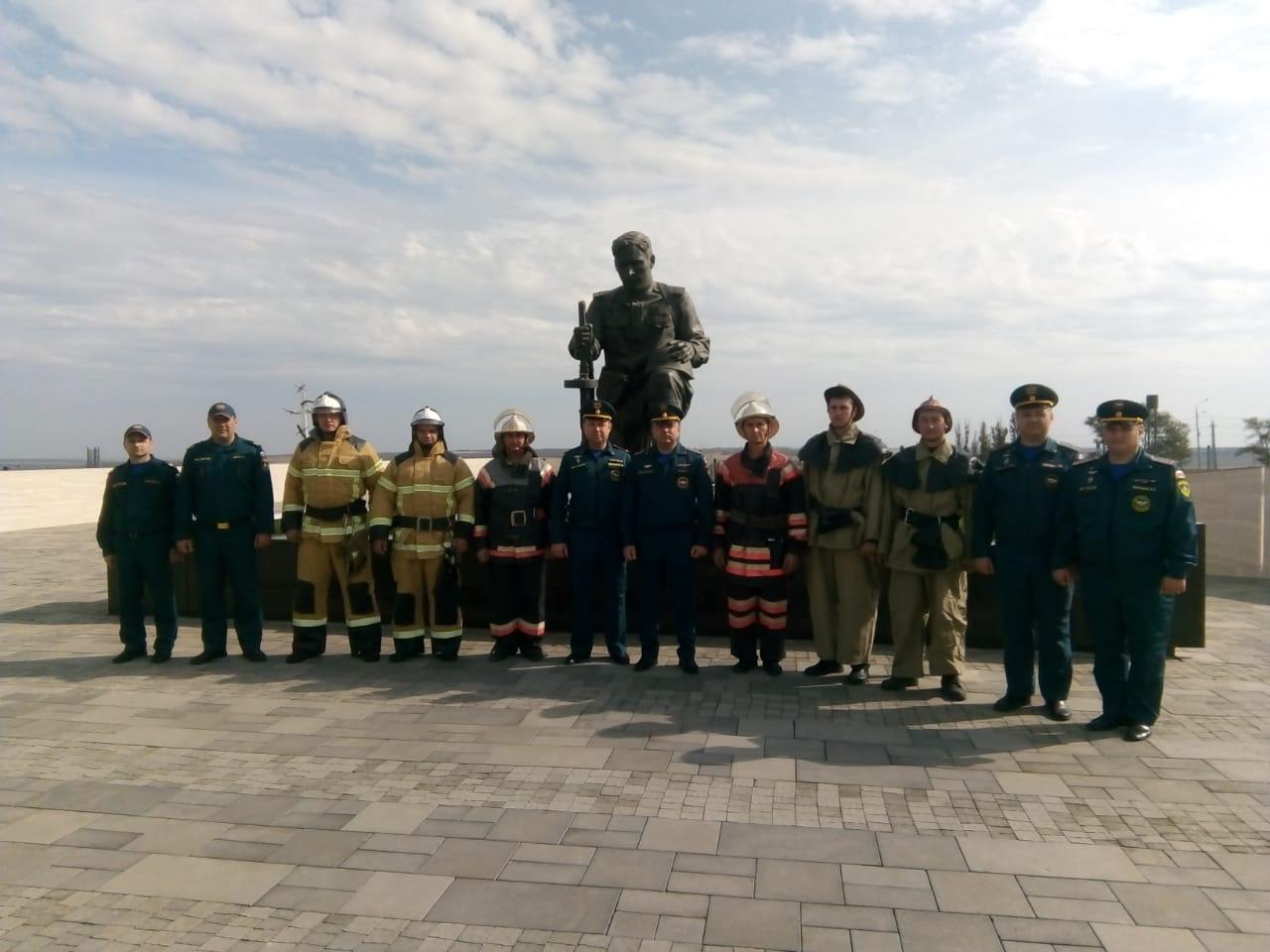 Таганрогские огнеборцы провели ретро парад в честь Дня Гражданской обороны