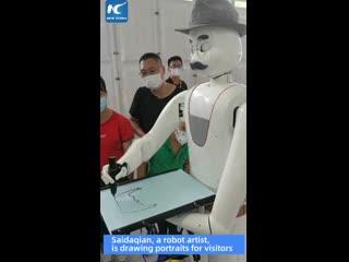 Робот-художник рисует картины на Китайской международной ярмарке торговли услугами