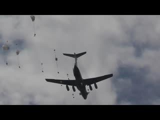 Десантирование из самолета военнослужащих подразделений ВДВ в Ульяновской области