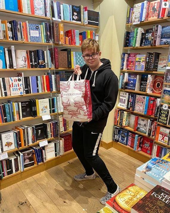 История о 13-летнем парне, которого школьники троллили за любовь к чтению, а теперь ему завидует весь класс